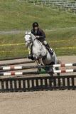 Reitersport: junges Mädchen in springender Show Lizenzfreies Stockfoto