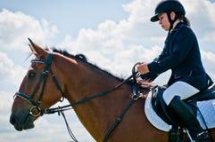 Reitersport. Mädchen Kindmitfahrer Erscheinensprünge Lizenzfreies Stockbild