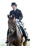 Reitersport. weiblicher Dressagemitfahrer Stockfotos