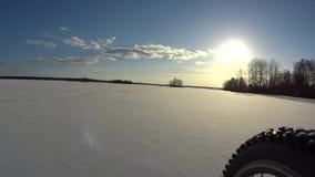 Reitfahrrad auf gefrorenem See stock footage