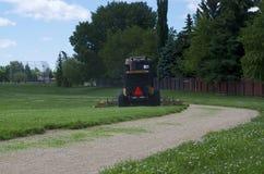 Reitrasenmäher im Park stockbild
