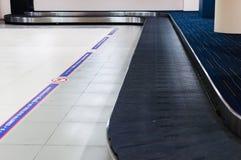 Reivindicação de bagagem no aeroporto Área do carrossel para o waitin do passageiro fotos de stock royalty free