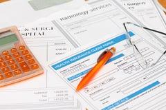 Reivindicação do seguro de saúde com contas da cirurgia Foto de Stock