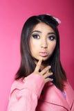Reiz. Porträt des asiatischen Brunette mit großen überraschten Augen Stockbilder