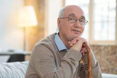 Reizend älterer Mann benötigt Firma lizenzfreie stockfotos