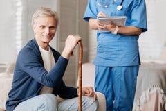 Reizend älterer Mann, der eine private Beratung hat Stockfotos