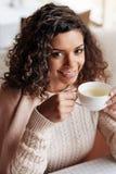 Reizend Afroamerikanerfrau, welche die Tasse Tee genießt Stockfotografie
