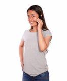 Reizend asiatische junge Frau, die über Mobiltelefon spricht Stockfoto