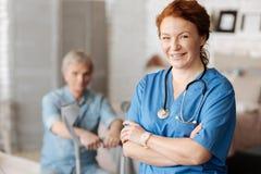 Reizend ausgezeichneter Doktor an ihrem Arbeitsplatz Lizenzfreies Stockbild