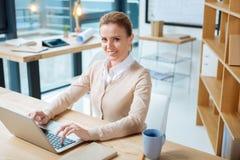 Reizend Bürovorsteher, der einen Laptop verwendet stockfotos