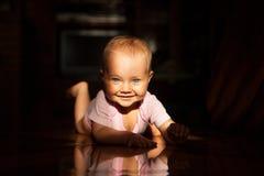 Reizend Baby, das vorwärts belichtet durch die Sonne kriecht Lizenzfreie Stockfotografie