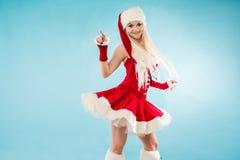 Reizend blonde Frau in der Weihnachtsausstattung Rote Sankt-Klage mit Haube Lizenzfreies Stockfoto