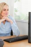 Reizend blonde Frau mit dem Kinn auf ihren Händen Lizenzfreie Stockfotografie