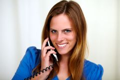 Reizend blonde junge Frau, die am Telefon spricht Stockfotos