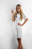 Reizend blonde Krankenschwester, die weg schaut Stockfoto