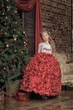 Reizend blonde Prinzessin in einem schicken Kleid Stockbild