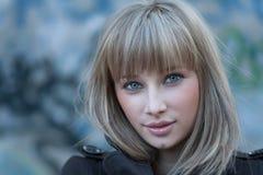 Reizend blonder behaarter Frauen Headshot Lizenzfreies Stockbild