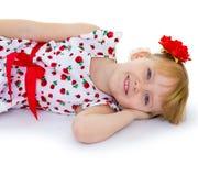 Reizend blonder Blick des kleinen Mädchens. Stockbilder