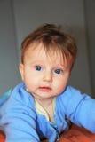 Reizend blondes Baby mit blauen Augen Stockfotos