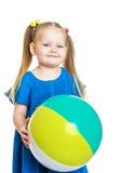 Reizend blondes kleines Mädchen mit dem Ball herein Stockbild