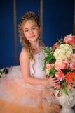 Reizend blondes Mädchen in einem weißen Kleid mit einem Pfirsich Stockbild
