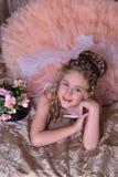 Reizend blondes Mädchen in einem weißen Kleid mit einem Pfirsich Lizenzfreie Stockbilder