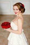 Reizend blondes Mädchen mit schönem Lächeln in einem weißen Spitzekleid Stockfoto