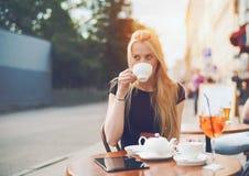 Reizend blondes Mädchen mit Tasse Tee Stockfotografie