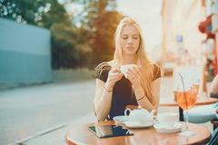 Reizend blondes Mädchen mit Tasse Tee Lizenzfreies Stockbild
