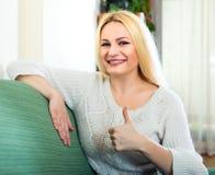 Reizend Blondine, die sich Daumen zeigt Stockfotos