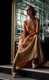 Reizend Blondine im modernen goldenen Kleid Stockfoto