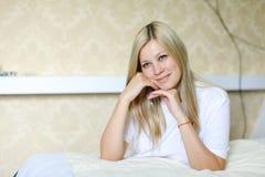 Reizend Blondine lächelt und wirft für Kamera auf, gefunden beim Schlafen Lizenzfreie Stockfotografie