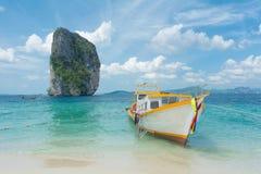 Reizend boot en eiland Royalty-vrije Stock Foto