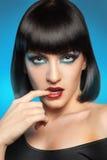 Reizend Brunette auf blauem Hintergrund stockbilder