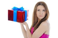 Reizend Brunette mit einem Geschenk. Stockbilder