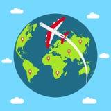 Reizend concept rond de wereld Banner met Aardebol, vliegend vliegtuig en het in kaart brengen van spelden Vector royalty-vrije illustratie