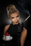 Reizend Dame mit coffe Cup lizenzfreie stockfotos