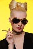 reizend Dame mit einer Zigarette Lizenzfreies Stockbild
