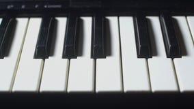 Reizend dat de sleutels van een piano reist stock footage
