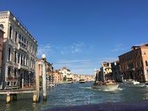 Reizend door water langs de kanalen van toneelvenetië, Italië royalty-vrije stock fotografie