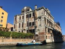 Reizend door water langs de kanalen van toneelvenetië, Italië stock afbeeldingen