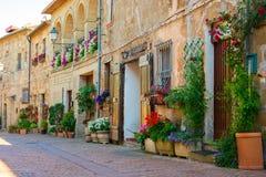 Reizend Dorf, mit schmalen Straßen Lizenzfreie Stockfotos