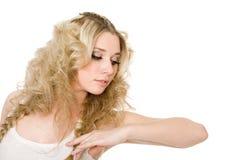 Reizend durchdachtes junges blondes Mädchen Stockfotografie