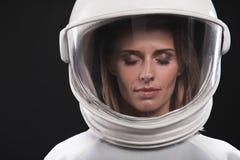 Reizend erfahrener weiblicher Kosmonaut wirft durchdacht auf stockbild