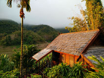 Reizend Erholungsort in einem River Valley im traditionellen Design des Lao Lizenzfreies Stockfoto