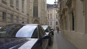 Reizend in Europa, die op historische straat lopen stock footage