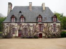 Reizend französisches Häuschen bedeckt in der Glyzinie Lizenzfreies Stockbild