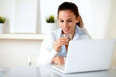 Reizend Frau, die ein Glas Wasser trinkt Lizenzfreies Stockbild