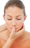 Reizend Frau, die eine Hauptmassage in einem Badekurort hat Stockbild