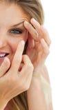 Reizend Frau, die eine Kontaktlinse setzt Lizenzfreies Stockfoto